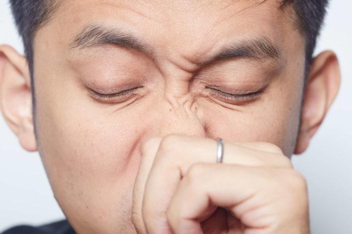 У мужчины чешется нос