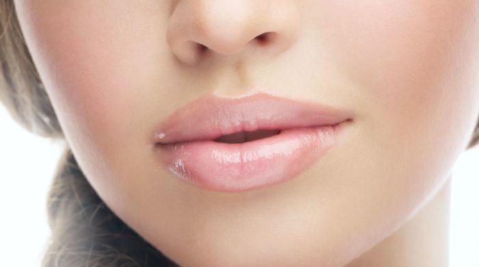 Чешутся губы у женщины