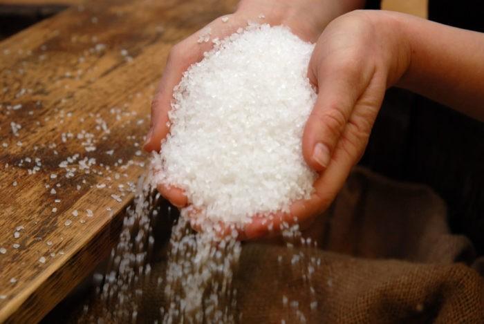 Девушка рассыпала сахар