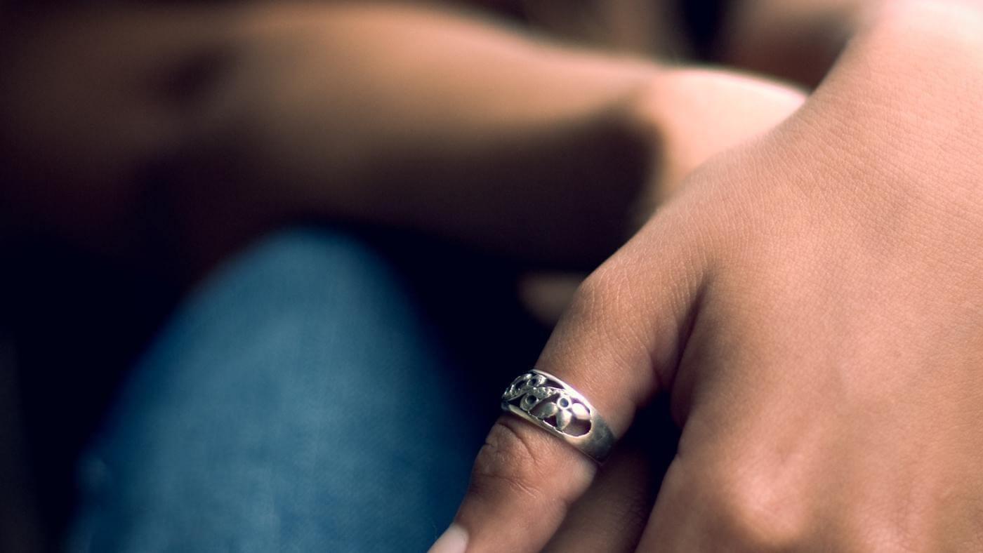 Почему люди носят кольцо на большом пальце