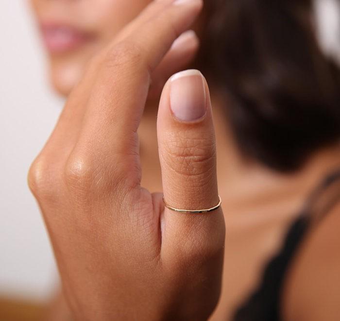 Кольцо на руке у девушки
