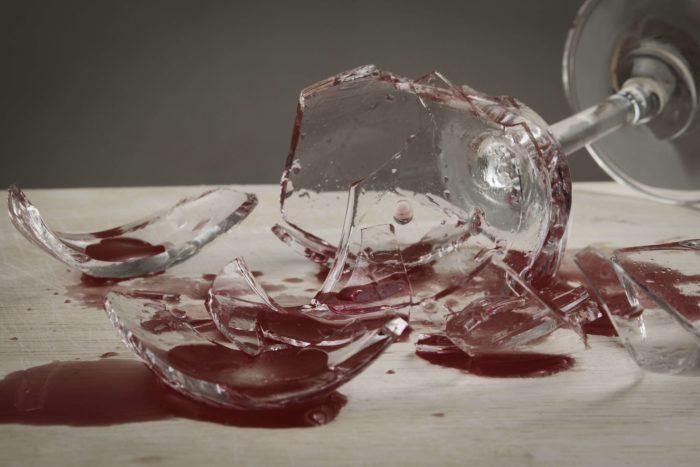 Разбить бокал с жидкостью