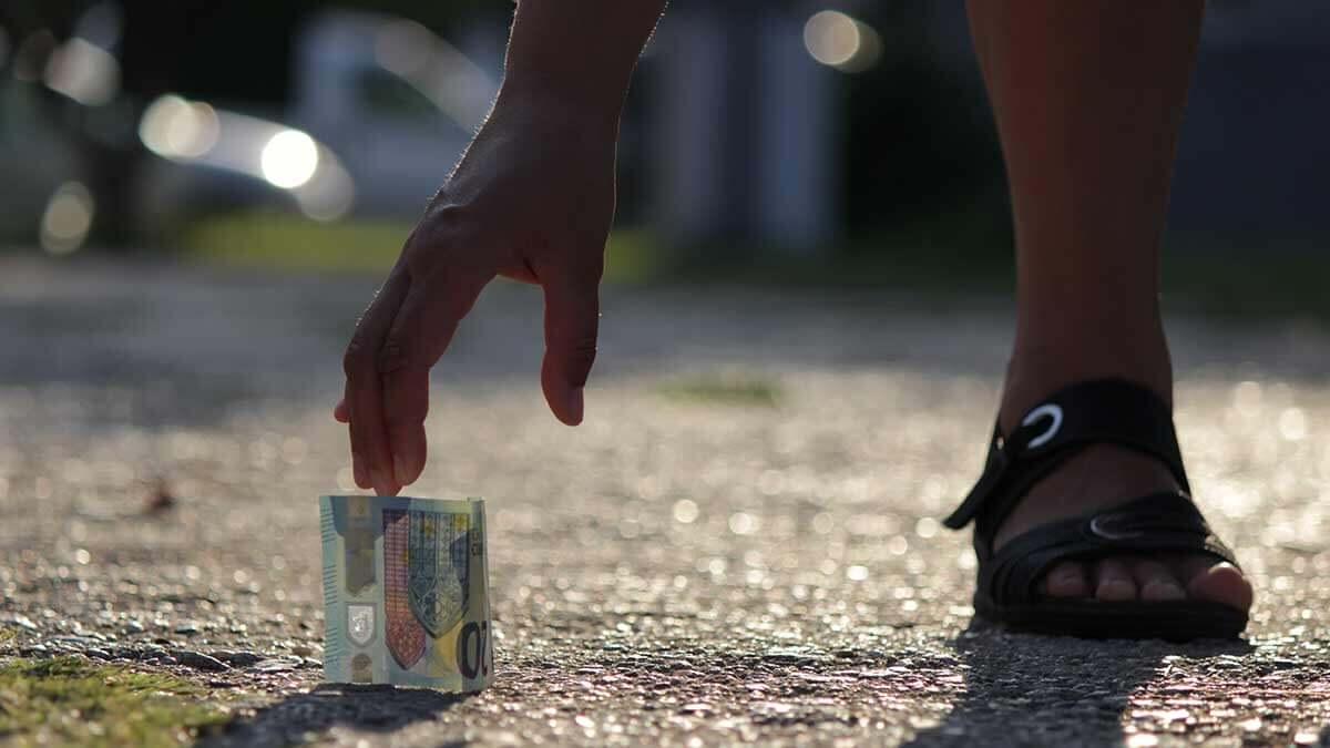 Как найти деньги на улице