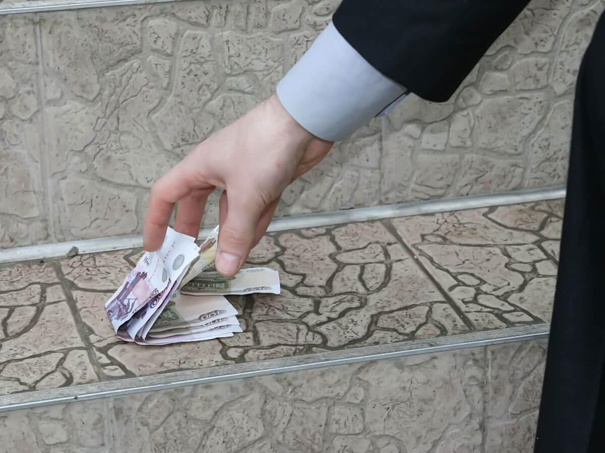 Можно ли поднимать найденные деньги на улице