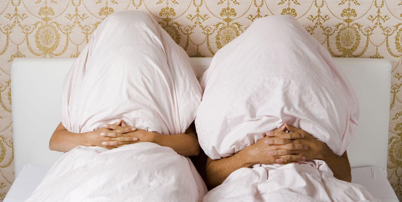 Супруги в одной кровати под разными одеялами