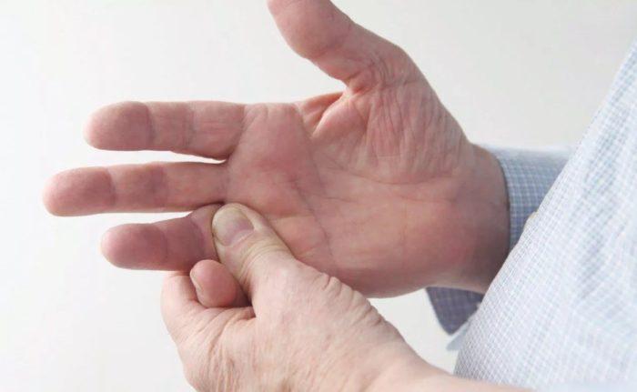 В какой день недели чешется палец