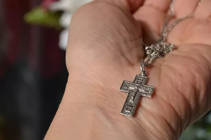 Найти нательный крестик
