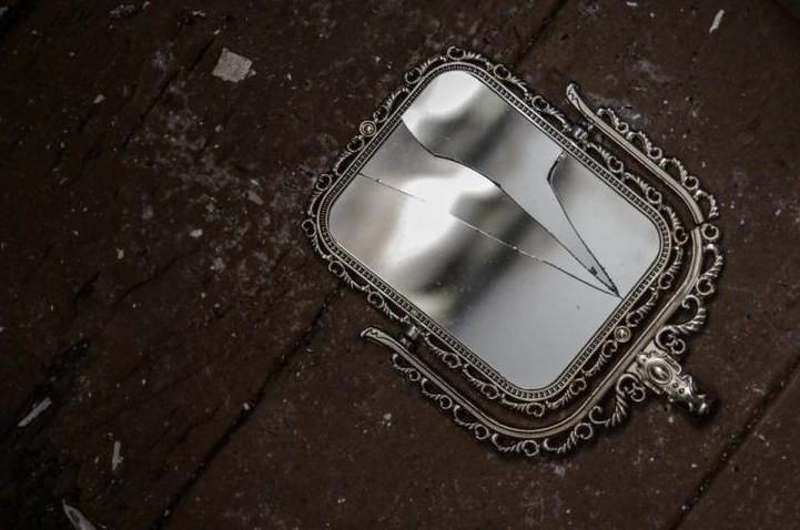 К чему разбилось зеркало и что делать