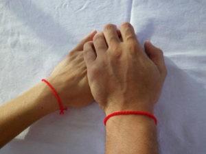 На какой руке носить красную нить