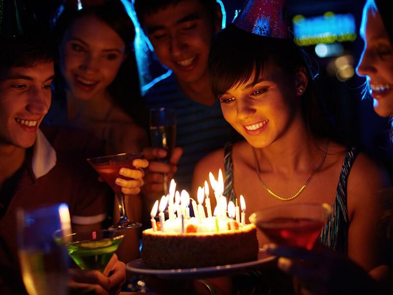 Задувать свечи на торте