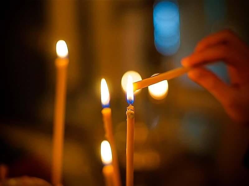Ставить свечу в храме