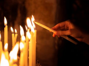 Зажигать свечу