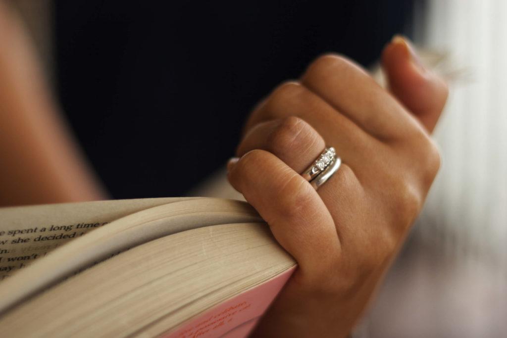 Украшение на четвёртом пальчике левой руки