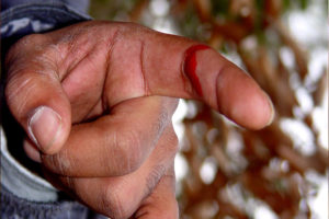 Порезать палец на кладбище