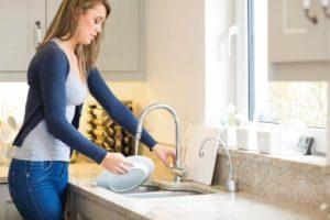Почему нельзя мыть грязную посуду в чужом доме