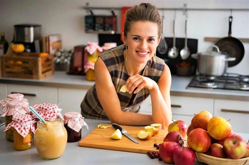 Хозяйка на кухне картинка