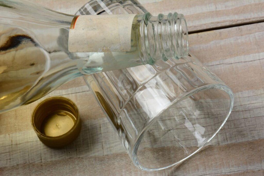 Пустая бутылка на столе