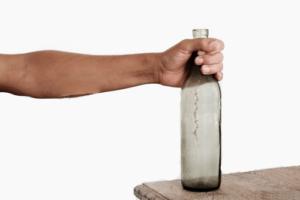 Убрать бутылку со стола