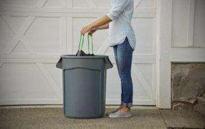 Почему нельзя выкидывать мусор вечером