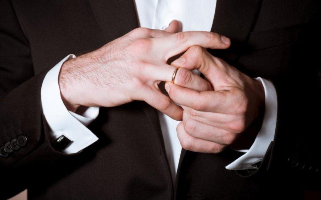 Муж нашел кольцо