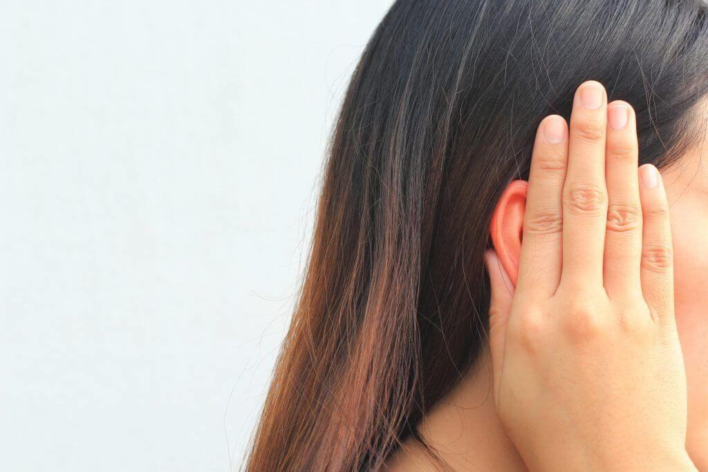 К чему звенит в правом ухе