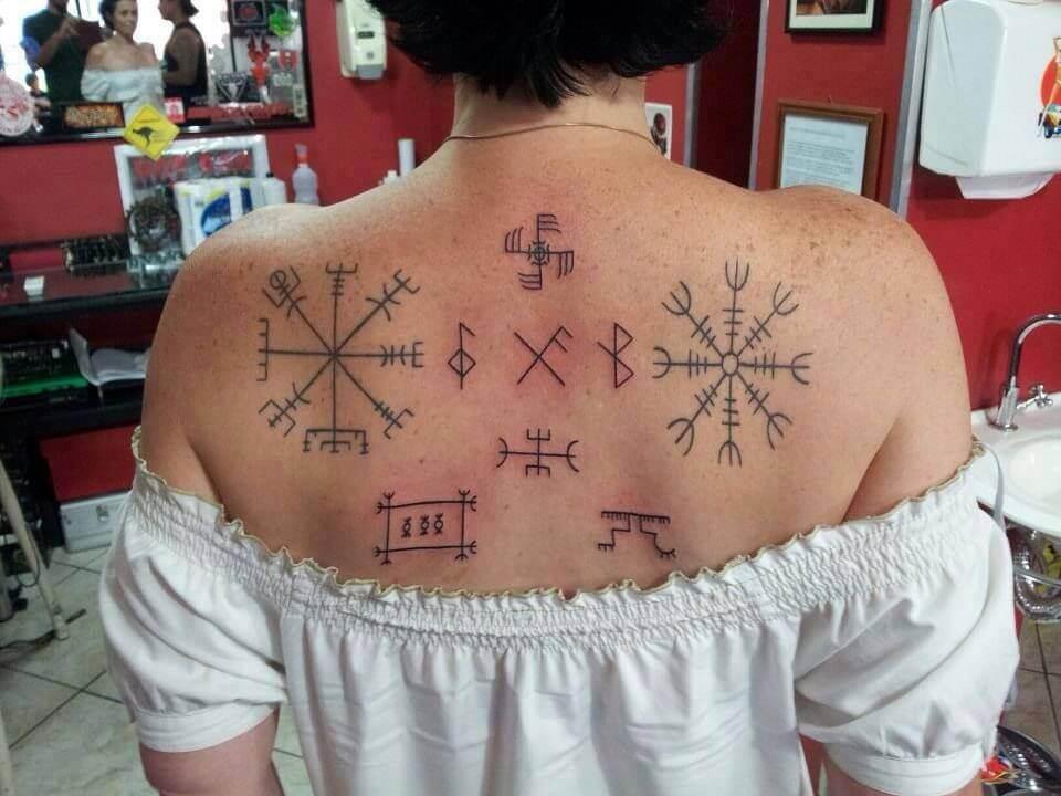 Татуировка руны на спине