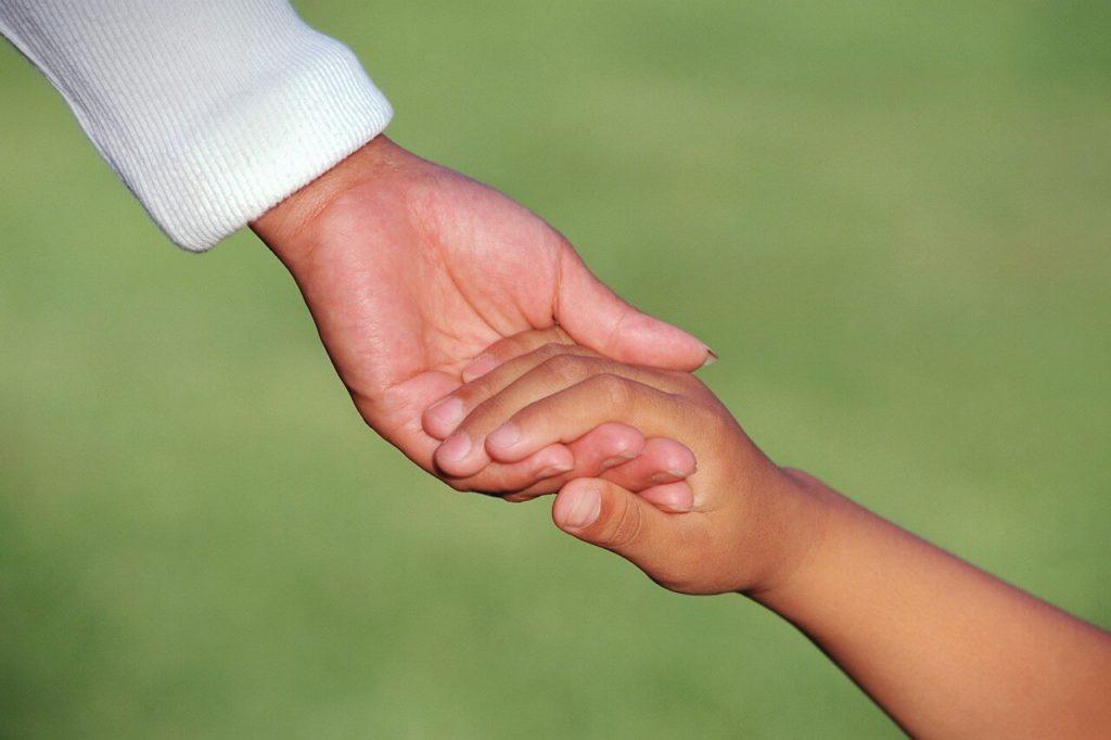 Взять ребенка за руку