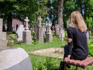 Девушка на кладбище