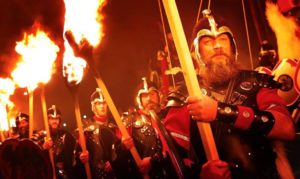 Шотландское шествия с огнем